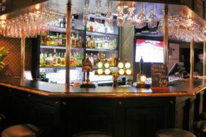 Välkommen att boka bord hos oss på Tre Bröder Sundbyberg. Här kan du njuta av en kall öl, en bit mat och trevligt sällskap. Vi erbjuder god mat och dryck till bra priser. Baren erbjuder ett brett utbud av kalla fatöl för alla smaker.    Skicka en bokningsförfrågan genom att fylla i formuläret.