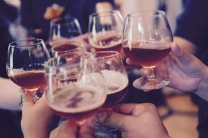 Afterwork hos oss på Tre Bröder Sundbyberg med en kall öl, en bit mat och trevligt sällskap. Vi erbjuder god mat och dryck till bra afterwork priser. Vad sägs om en rejäl maträtt för endast 109kr. Bara ett av våra prisvärda afterwork-tips. Baren erbjuder ett brett utbud av kalla fatöl för alla smaker.  Vår afterwork meny lägger vi upp varje vecka på vår facebook. Välkomna in!